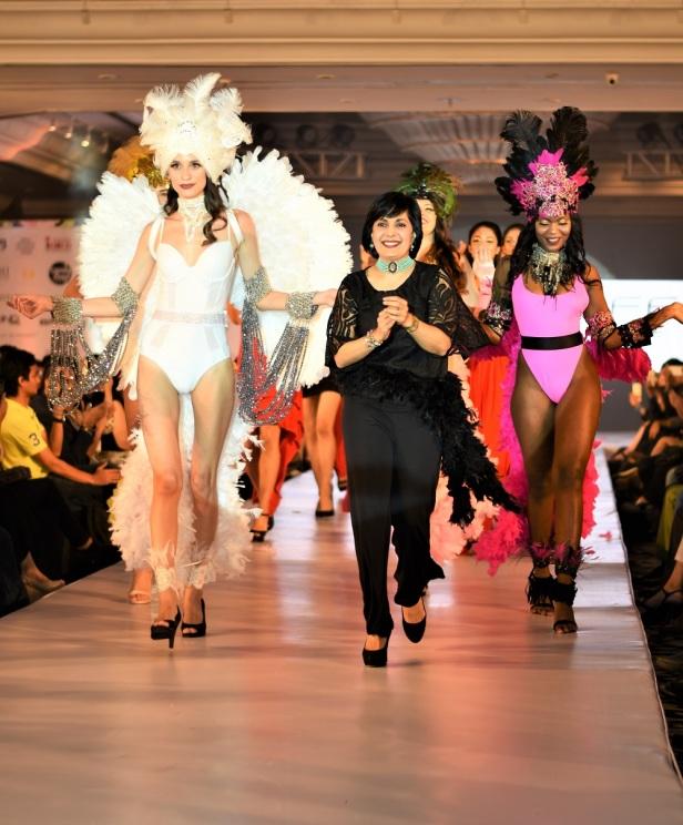 Designer Mona Shroff with shwstoppers at IIFW Seasn 2 (2)